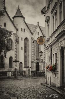 webergasse-meissen-bei-regen-frauenkirche