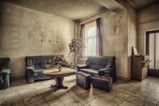 lost place eingerichtet lobby