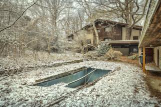 villa mit pool im schnee